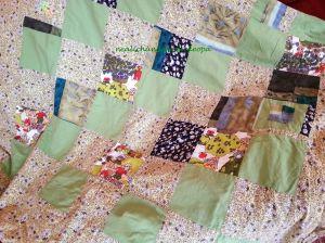 Meine erste Patchworkdecke, aus Bettwäsche, Kleidern, Blusen, mit Pappschablone und Schere in 15x15cm-Quadrate geschnitten und mit einem Biberbetttuch verstürzt. Quilt würde ich dazu nicht sagen... Aber wir lieben alle dieses grüne Ding ;)